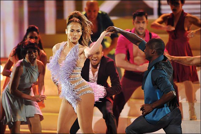 Jennifer Lopez danse la Salsa avec l'équipe de danseurs del Mulato y su Swing Latino
